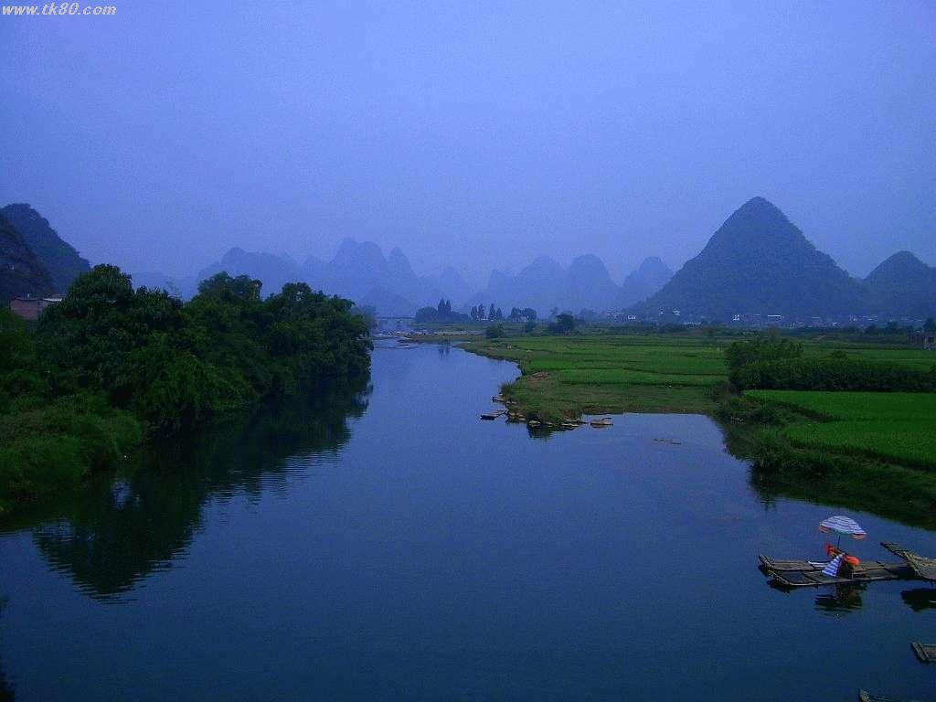 古石橋の上から上流を撮影。これぞ桂林!