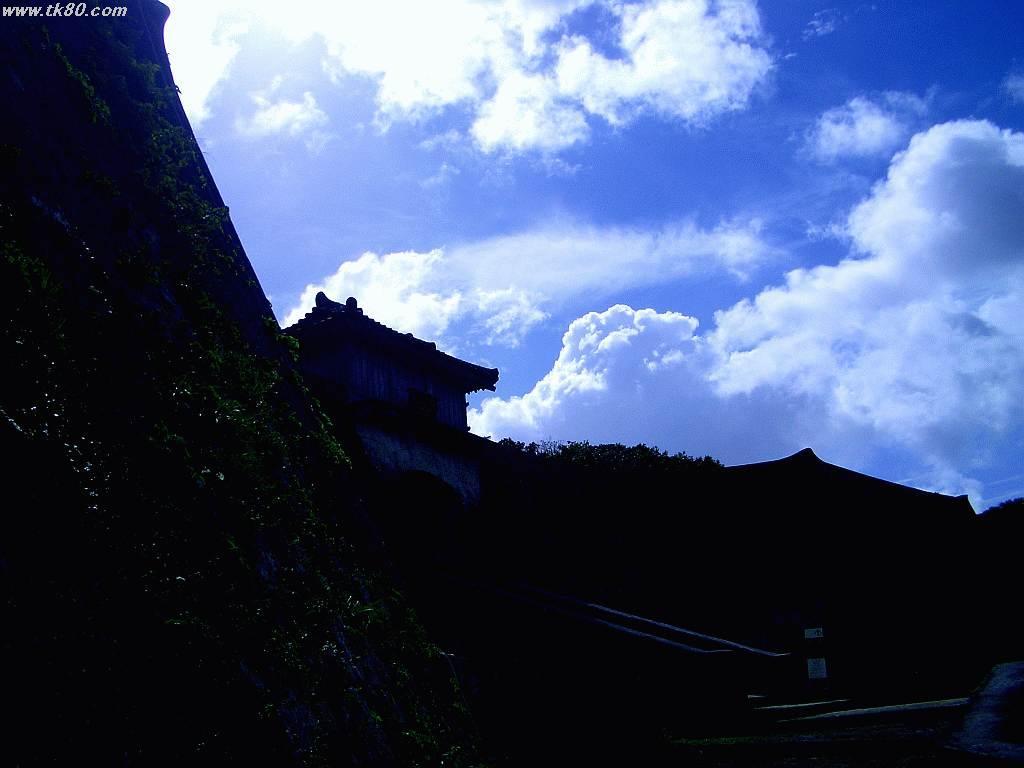 首里城跡にて撮影。城郭に青空が際立っています。