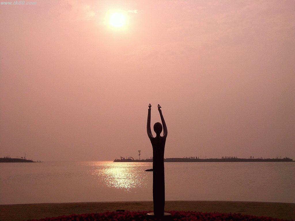 湖畔でモニュメントと夕日を重ねて撮ってみました