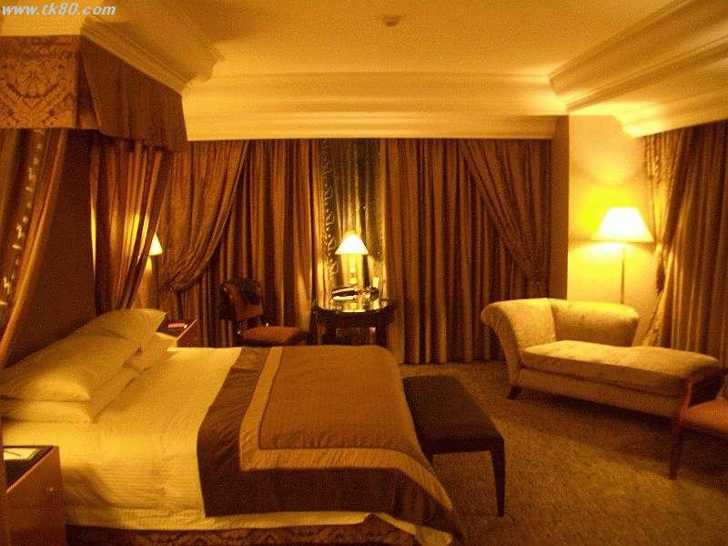 フワフワの大型ベッドに大型の液晶テレビ、トイレも自動です
