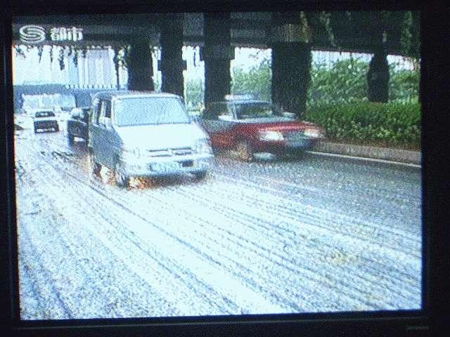 大量の雹が降って道路が白くなっています